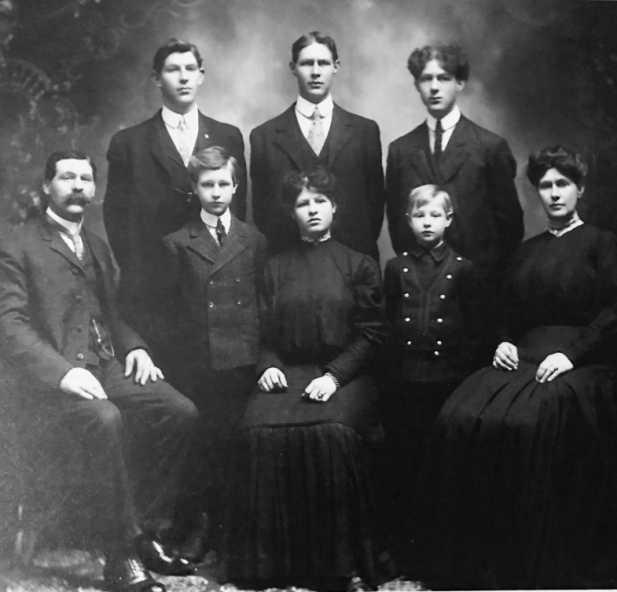 Skoog Family group photo, ca. 1904