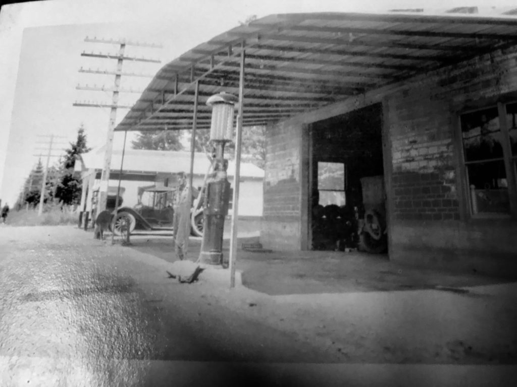 Photo of Skoog's Garage on River Rd, 1923